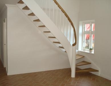 Schody drewniane malowane na biało