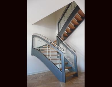 Czarne schody otwarte ze szklaną galerią