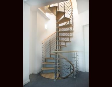 Schody spiralne z metalowymi relingami